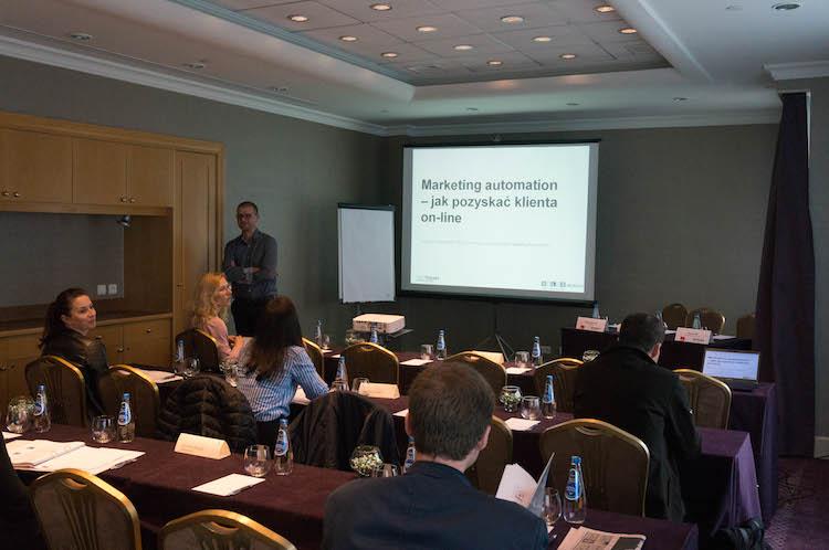 Prezentacja na razie się jeszcze nie zaczęła. Trwa luźna dyskusja o e-biznesach uczestników.