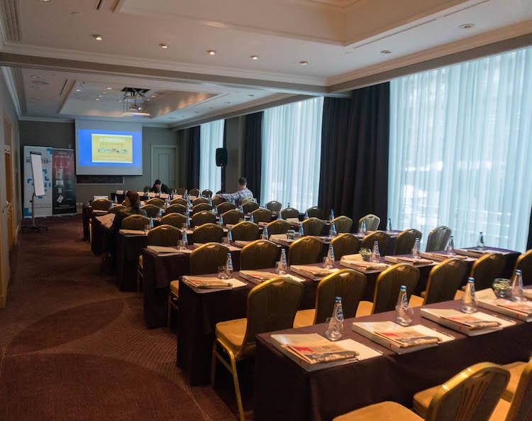 8:40 - zdjęcie sprzed kilku minut. Na sali w międzyczasie pojawiło się kilka osób. Konferencja odbywa się w hotelu Sheraton w Warszawie.