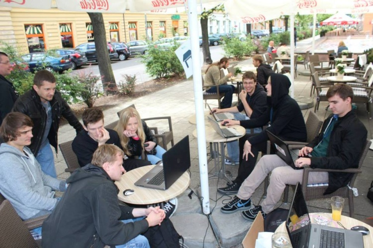 Uczestnicy na stacji w Alei Fontann
