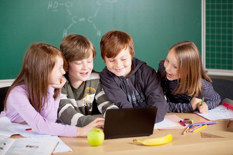 dzieci przed lapkiem w szkole