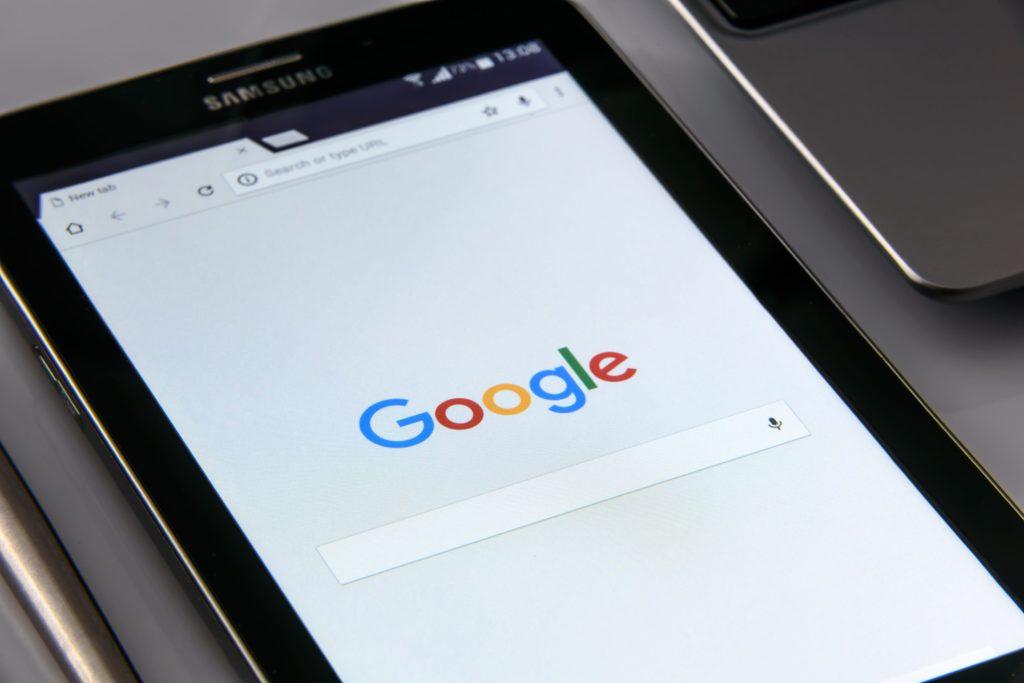 Jak wstawić na stronę WWW wyszukiwarkę Google lub DuckDuckGo?