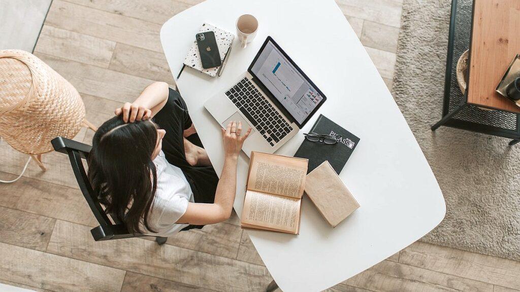 Czy warto przejść na home office? Sprawdź, jak możesz zaoszczędzić czas na zdalnej pracy z domu