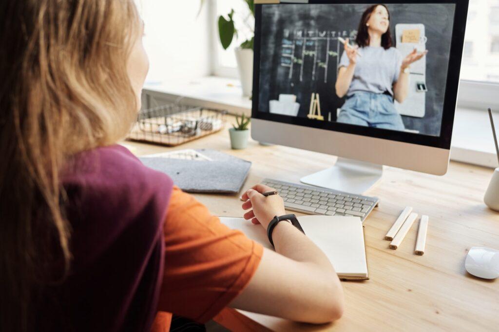 Odpowiadamy na pytania z webinaru – Jak zamienić szkolenia stacjonarne na dobre kursy online? Poradnik dla firm szkoleniowych.