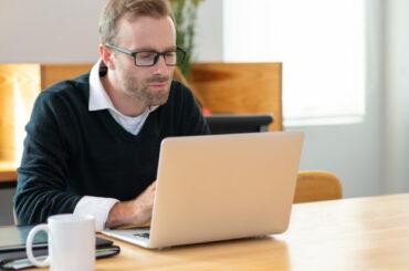 Mężczyzna przegląda Internet na komputerze
