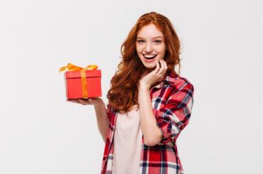 Kobieta otrzymała prezent - voucher podarunkowy allegro