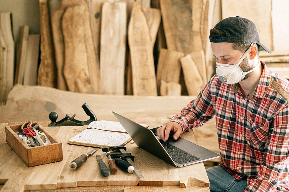 Pracownik firmy budowlanej korzystający z poczty email